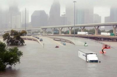 高速公路被洪水淹沒怵目驚心