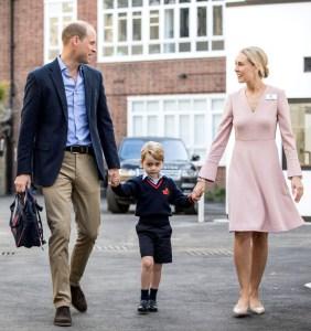 英國小王子喬治牽著父親威廉(左)與低年級主任海倫的手,一起走向接待廳。