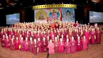 圖為師尊、師母與上師團、真佛宗僧團大合照。