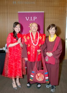 盧師尊(中)、蓮香師母(右)與貴賓新娘高歡嫻醫師合影