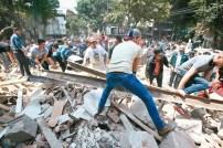 墨西哥7.1強震,居民自發救援受困者。