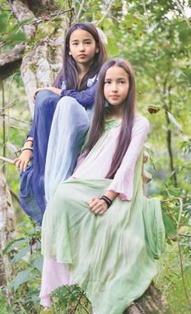 在雲南西雙版納的熱帶雨林裡,雨林守護者李旻果和丈夫德國著名生態學家馬悠的愛情故事,就藏在雨林的最深處,他們守護440萬平方公尺的雨林,每一朵花,每一片葉子,都成為他們愛情最好的見證。圖為李旻果的女兒林妲和宛妲。