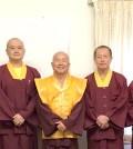 2017年9月19、20日,真佛宗宗委會核心小組在美國西雅圖雷藏寺旁邊的宗委會辦公室舉行核心會議,第四屆和第五屆新當選的處長們共同出席此次會議。圖為盧師尊與新、舊任處長合影。