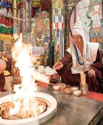 2017年9月24日週日下午三時,美國西雅圖彩虹雷藏寺恭請蓮生法王盧勝彥主壇「大白傘蓋迴遮母護摩大法會」。圖為師尊獻供。