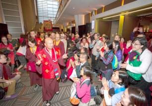 2017年9月16日,美國西雅圖雷藏寺在梅登堡會議中心恭請蓮生法王盧勝彥主持秋季阿彌陀佛息災祈福超度大法會,首傳紅度母法,當日來自世界各地有逾三千名貴賓及善信大德熱烈護持。圖為弟子跪迎師佛。
