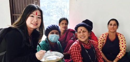 2017月9月16日,美國西雅圖雷藏寺秋季大法會「盧勝彥佈施基金會」總裁盧佛青博士報告基金會善款資助尼泊爾Gorkha地區7.8級大地震計畫。圖為盧佛青博士手拿Khawa社區中心婦女們製作的食品。