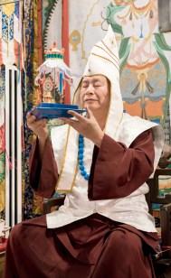 2017年9月24日週日下午三時,美國西雅圖彩虹雷藏寺恭請蓮生法王盧勝彥主壇「大白傘蓋迴遮母護摩大法會」。圖為盧師尊獻供。