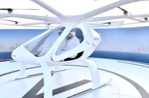 杜拜王儲哈姆丹(中)試乘空中計程車