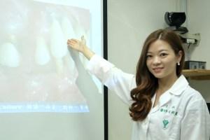 人工植牙也怕牙周病:台灣奇美醫學中心牙醫部牙周病科主治醫師官語晨,日前在院內衛教宣導會中表示,人工植牙前應做好術前評估,才能維持植體長久健康。