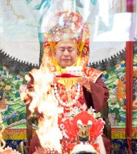2017年10月1日下午,美國西雅圖彩虹雷藏寺恭請蓮生法王盧勝彥主壇「金剛亥母護摩大法會」,四眾嘉賓護持。圖為師尊獻供。