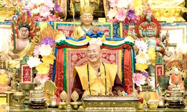 2017年9月30日晚間,美國西雅圖雷藏寺恭請蓮生法王主持週六最勝金剛「大準提佛母」同修會,四眾弟子虔心護持。圖為無上法王蓮生活佛盧勝彥。