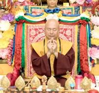 2017年9月30日晚間,美國西雅圖雷藏寺恭請蓮生法王主持週六最勝金剛「大準提佛母」同修會,四眾弟子虔心護持。圖為蓮生法王手結準提佛母手印。