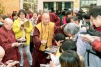 2017年9月30日晚間,美國西雅圖雷藏寺恭請蓮生法王主持週六最勝金剛「大準提佛母」同修會,四眾弟子虔心護持。圖為蓮生法王慈悲加持弟子。