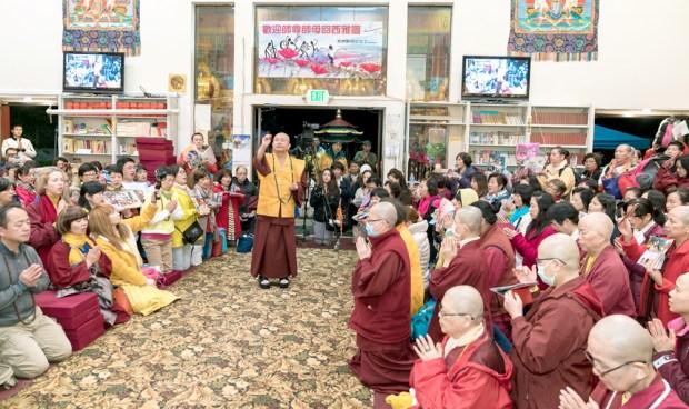 2017年9月30日晚間,美國西雅圖雷藏寺恭請蓮生法王主持週六最勝金剛「大準提佛母」同修會,四眾弟子虔心護持。圖為盧師尊做總加持。