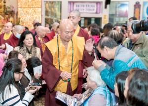 2017年9月30日晚間,美國西雅圖雷藏寺恭請蓮生法王主持週六最勝金剛「大準提佛母」同修會,四眾弟子虔心護持。圖為蓮生法王慈悲加持佛子。