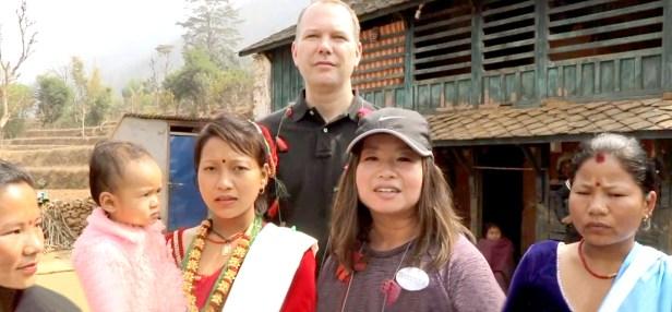 2017月9月16日,美國西雅圖雷藏寺秋季大法會「盧勝彥佈施基金會」總裁盧佛青博士報告基金會善款資助尼泊爾Gorkha地區7.8級大地震計畫。圖為盧佛青博士、Andy師兄與尼泊爾婦女合影。