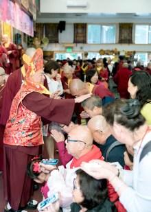 2017年10月1日下午,美國西雅圖彩虹雷藏寺恭請蓮生法王盧勝彥主壇「金剛亥母護摩大法會」,四眾嘉賓護持。圖為盧師尊摩頂加持佛子。