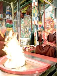 2017年10月1日下午,美國西雅圖彩虹雷藏寺恭請蓮生法王盧勝彥主壇「金剛亥母護摩大法會」,四眾嘉賓護持。圖為蓮生法王獻供。