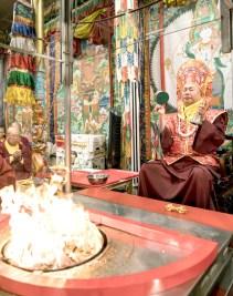 2017年10月1日下午,美國西雅圖彩虹雷藏寺恭請蓮生法王盧勝彥主壇「金剛亥母護摩大法會」,四眾嘉賓護持。圖為盧師尊以金剛鈴、鼓做迴向。