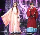第52屆電視金鐘獎主持黃子佼和Selina搭檔,中場兩人穿著當年趙雅芝「白娘子」和何家勁「展昭」的戲服,Selina虧黃子佼下擺起碼要改短15公分吧!輕鬆對話為典禮添增亮點。