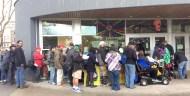 遊民排隊領取溫哥華華光功德會派送的熱食