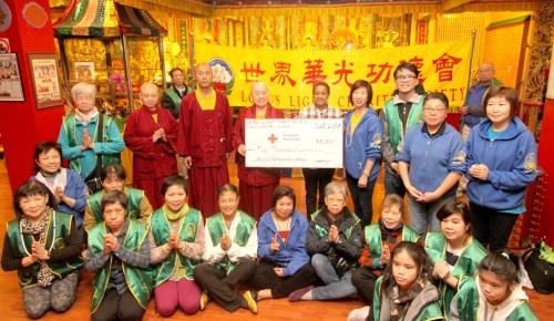 蓮慈上師(後排左四)代表溫哥華華光功德會捐善款給紅十字會,助墨西哥賑災