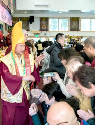 蓮生法王慈悲加持佛子