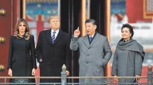 美國總統川普(左二)與第一夫人梅蘭妮亞(左)八日在大陸國家主席習近平(右二)與第一夫人彭麗媛陪同下,參觀北京紫禁城