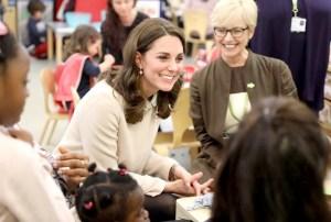 凱特王妃與民眾親切交談