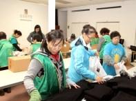 義工們忙著打包愛心禮物袋。