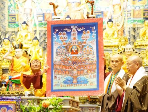 根本上師蓮生師佛與蓮哲、蓮歐上師代表敬獻的「真佛宗皈依境」唐卡合影