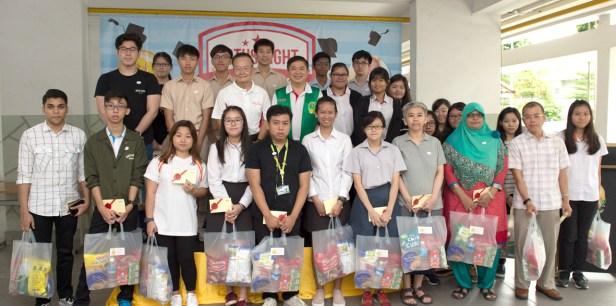 貴賓楊敦清先生、陳建安會長與華光功德會(新加坡)助學金得主大合照