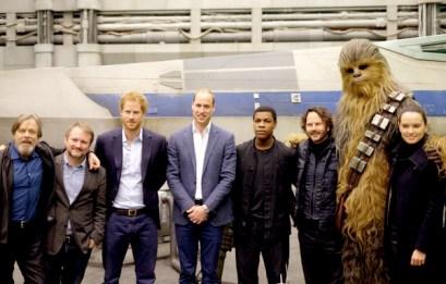 英國威廉王子與哈利王子與導演及主演合影