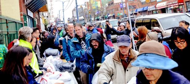 貴賓派送愛心睡袋與禮物袋給民眾