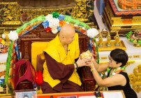 黃月琴律師代表傳律雷藏寺敬獻哈達及供養後,蓮生法王加持賜福