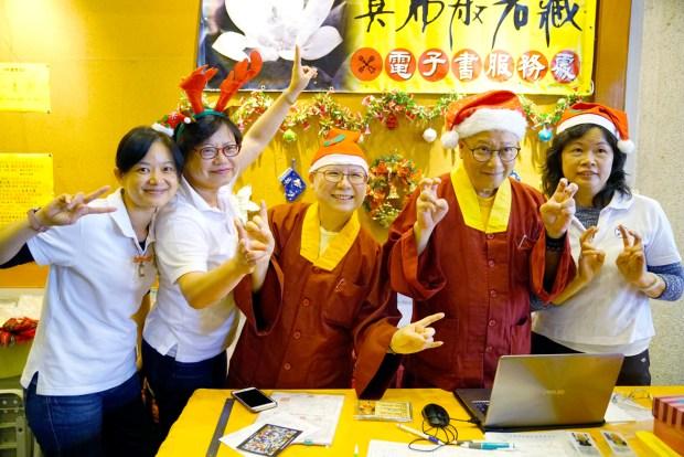 蓮滿上師(右2)、蓮傳上師(中)、真佛宗法律顧問周慧芳律師(左2)與「真佛般若藏」的義工合影