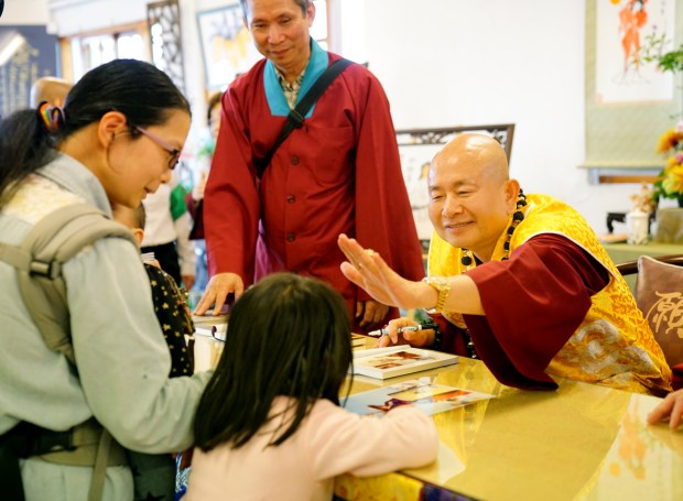 法王作家蓮生活佛盧勝彥加持小書迷