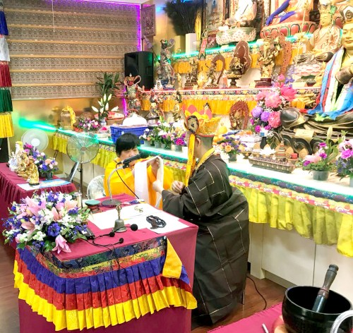 嚴山雷藏寺代表敬獻哈達