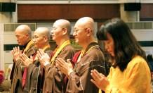 釋蓮伊上師、釋蓮郲上師、釋蓮真上師、釋蓮型上師及林梅婉師姐代表福佑雷藏寺向蓮生法王請法