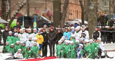 英國威廉王子和凱特王妃訪瑞典在斯德哥爾摩公園與曲棍球的球員合影