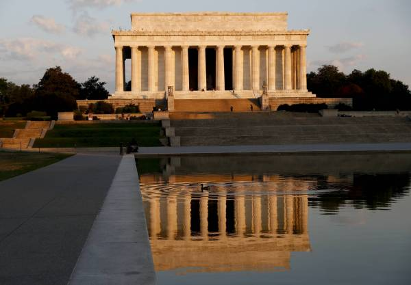 Lincoln Memorial Vandalized With Red Spray Paint Wtop