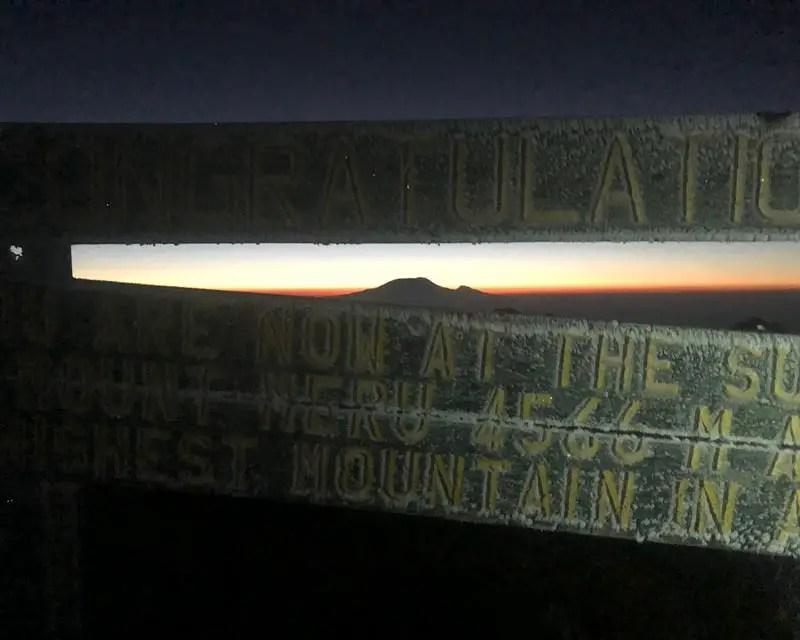 Zonsopgang achter de Kilimanjaro op de top van de berg Meru in Tanzania