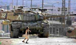 Gaza-boy fighting against an Israeli tank