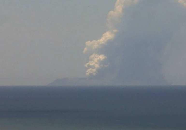 NZ volcano erupts - people injured
