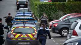 french police shoot knife assaliant