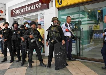 Filipino Police surround Mall after gunman takes hostages