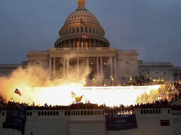 Armed protests - Trump News : 4 people dead and explosive device found in Washington as Riots go crazy in Capitol Hill