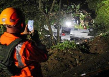Breaking News: Horrific Indonesia School Bus crash - 27 killed inc Children