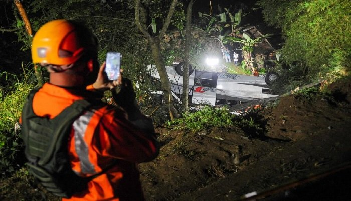 Breaking News: Horrific Indonesia School Bus crash - 27 killed inc Children