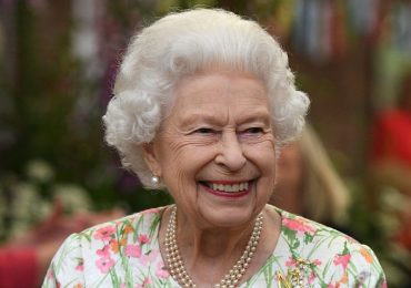 NHS 73: Queen gives George Cross to NHS on birthday